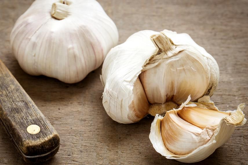 Hosszútávon is hatékony lehet a puffadás megszüntetése terén, ha mindennap megeszel egy-két gerezd fokhagymát. Ha kellemetlennek tartod az illatát, rágcsálj utána egy kevés petrezselymet, mely képes gyorsan semlegesíteni.
