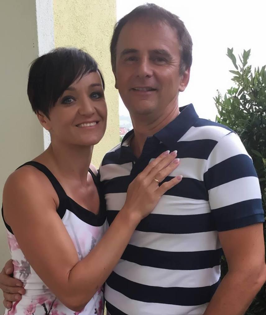 Szandi és Bogdán Csaba 24 évvel ezelőtt estek szerelembe, 1999-ben kötötték össze hivatalosan is az életüket. Máig megünneplik az első csókjuk, az összeköltözésük vagy a házasságuk évfordulóit.