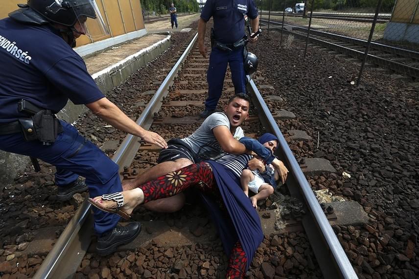 Egy szír férfi a családjával a sínekre vetette magát Bicskén - Balogh László/Reuters