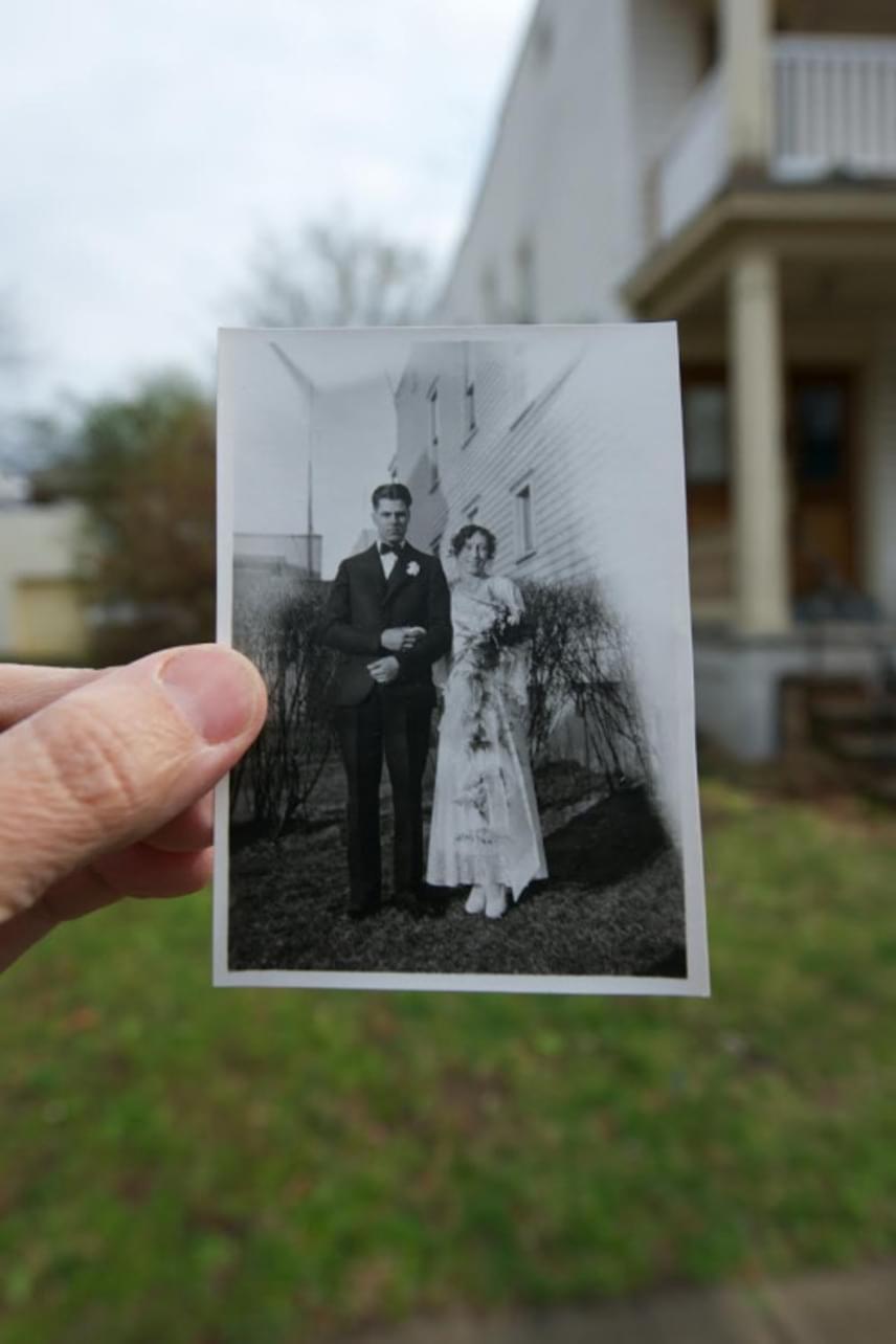 """Ilyen megható fotóval is kevesen búcsúznak el egy háztól: száz éve a családé volt, amikor eladták. A képen látható emberek már távoztak az élők sorából, fiuk viszont így indokolta, miért volt olyan fontos számára ez a fotó. """"Szerettem volna őket is bevonni, hogy jelen legyenek az utolsó napokban, mielőtt a házat eladtuk""""."""