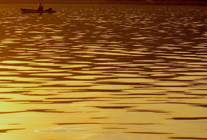 Naplemente után ilyen aranylóan csillog a tó vize Szigligeten.