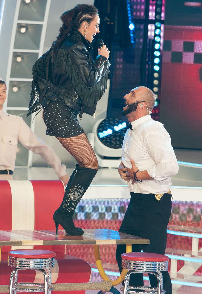 A 44 éves színésznő-énekesnő formás lábait is közszemlére tette a miniszoknyában.