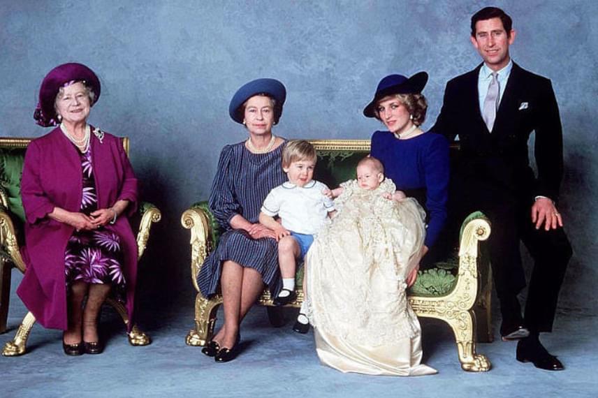 A királynő imádott unokái is megérkeztek: Diana hercegnő épp a kis Harryt tartja a kezében a keresztelője napján.