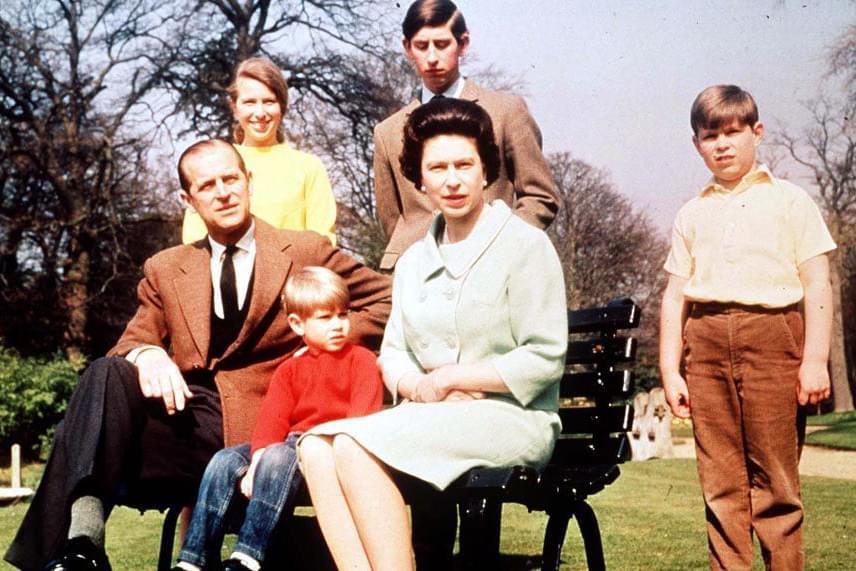 Az első hivatalos fotó az egész családról, amin már a pár négy gyermeke is látható. A kép a királyi palota kertjében készült 1968-ban.