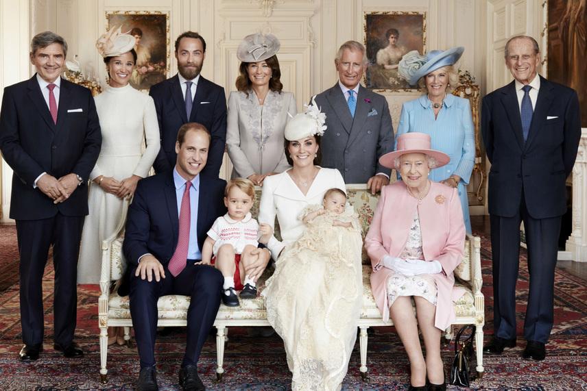 Itt pedig Charlotte hercegnő keresztelőjére állt össze az egész család: a Windsorok és a Middletonok - György herceg az édesapja mellett foglal helyet.