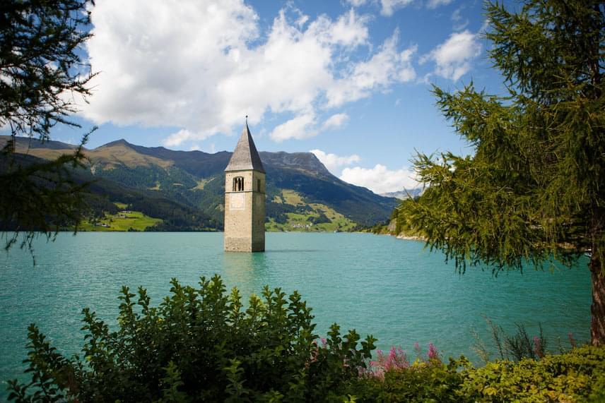 Mivel a duzzasztógát kudarca után Graun és Reschnen is víz alá került, lakosságuk kénytelen volt új otthon után nézni. Graunból csak a templom tornya maradt meg épségben, mely egykor a község jelképe volt.
