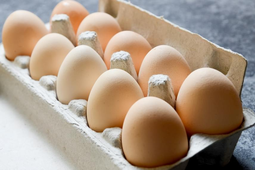 A tojással is nagyon vigyázz, az állagváltozás mellett ugyanis azért sem tanácsos a fagyasztóba tenni, mert a benne található folyadék megfagyva könnyedén szétrepesztheti a héjat.