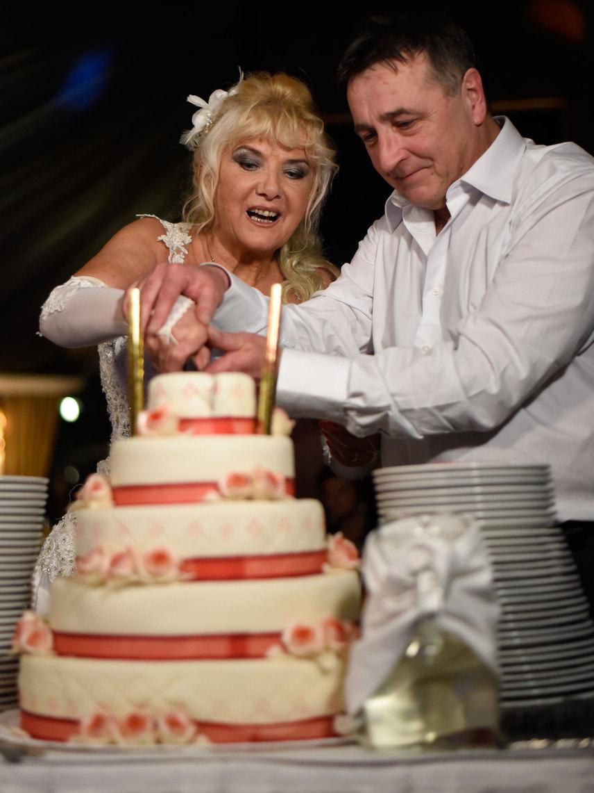 Állítólag akinek a keze van felül a torta felvágásakor, az hordja majd a házasságban a nadrágot.