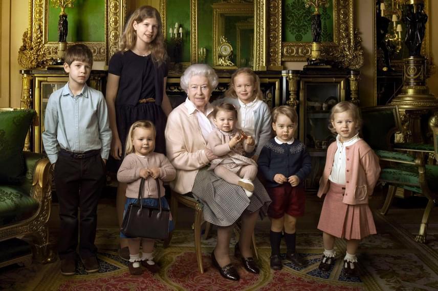 Dédunokáival sorban: a kétéves Mia - ő tartja a királynő táskáját -, aki Zara és Mike Tindall kislánya, majd James és Louise, akik Edward gróf gyermekei, Savannah és Isla Phillips, Peter Phillips csemetéi, majd kedvenceink, György és Charlotte, Katalin hercegné és Vilmos herceg gyerekei.