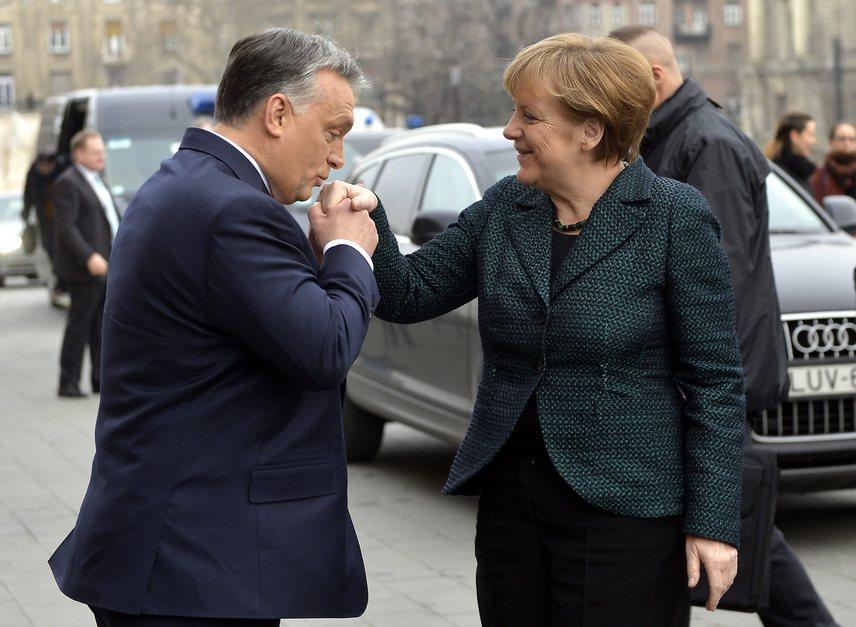 Orbán a kézcsókjaival többször is bajba sodorta már magát. Merkel budapesti látogatása során is vétett, ugyanis két kézzel szorította meg a politikusnő kezét, miközben elég lett volna eggyel, hiszen a gesztusnak inkább csak jelzésértékűnek kell lennie, és nem tolakodónak.