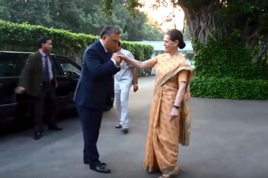 2013 őszén még súlyosabb hibát követett el azzal, hogy kezet próbált csókolni Sonia Gandhinak, aki rögtön elhúzta a kezét, hiszen Indiában nem szokás ez az ellenkező neműek közt. A rendkívül kínos esetről a videót itt nézheted meg.