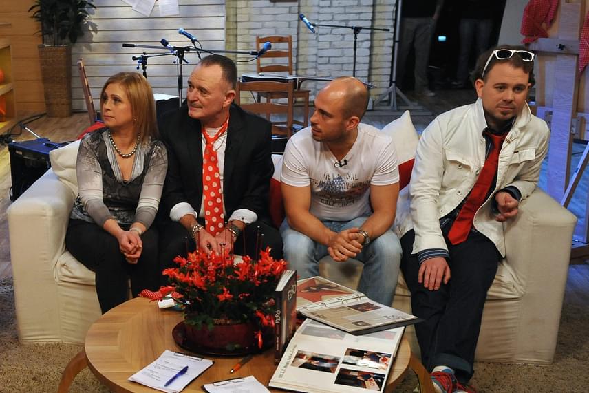 Nagy Feró imádott feleségével, Ágival 30 éve van együtt. Vele és fiaival, a nős, 32 éves Botonddal és a 25 éves Hunorral - aki édesapja zenekarában dobol - a Család-barát című műsorba is ellátogattak.