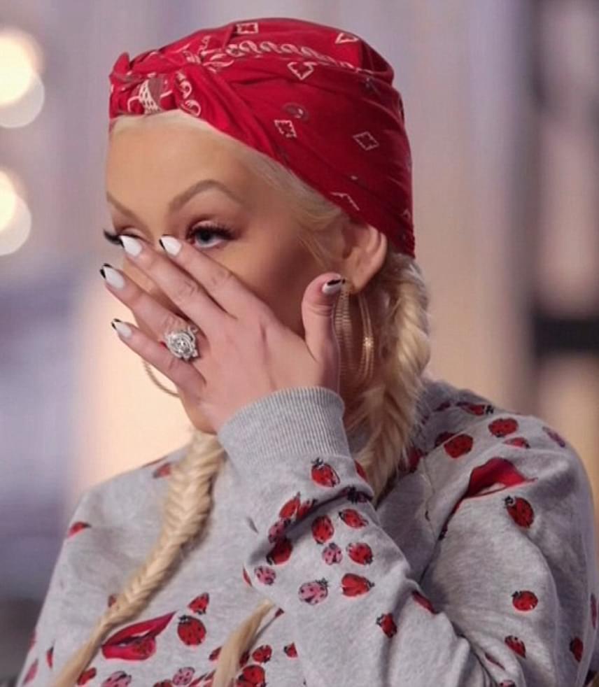 Alisan Porter - aki egyébként egykor a Huncutka bongyor kislányát  alakította - egy balladát énekelt a műsorban régi szerelmének. 370b820ecc