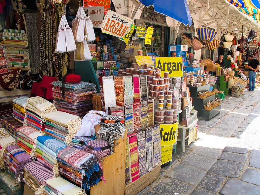 Piac Tunisz óvárosában: mindenképp vásárolj fűszert és argánolajat!