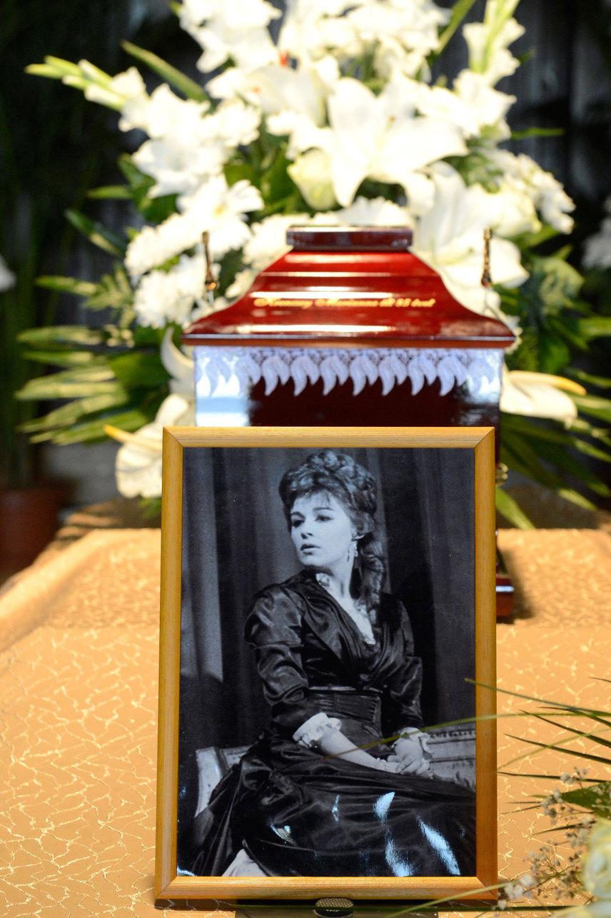 Krencsey Marianne színésznő ravatala a Farkasréti temetőben ma délután