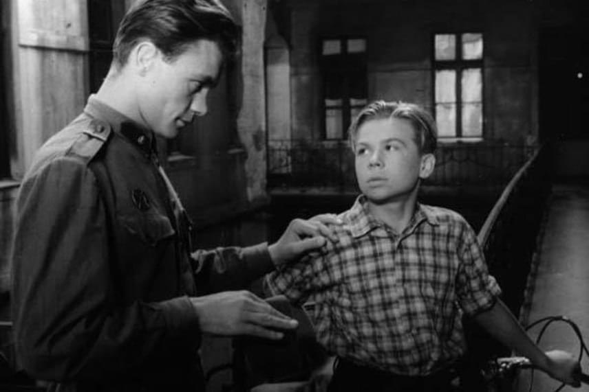 Az Egy pikoló világos című filmben a fiatal Bitskey Tiborral