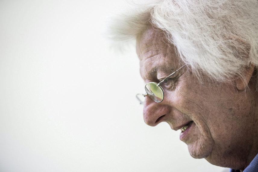 Esterházy Péter a 87. Ünnepi Könyvhéten a budapesti Vörösmarty téren 2016. június 9-én.