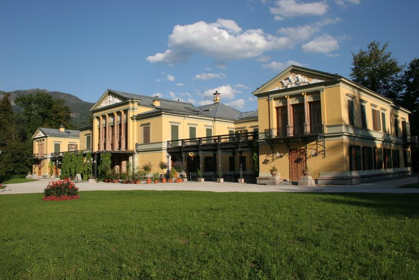KaisersvillaA Salzburghoz közeli Bad Ischlben, a Kaisersvillában ismerkedett meg Sissi és Ferenc József. Az eljegyzést is itt tartották. A várost mesés hegyek övezik, nem véletlenül lett a csodás villa több évtizeden keresztül a család nyári rezidenciája.