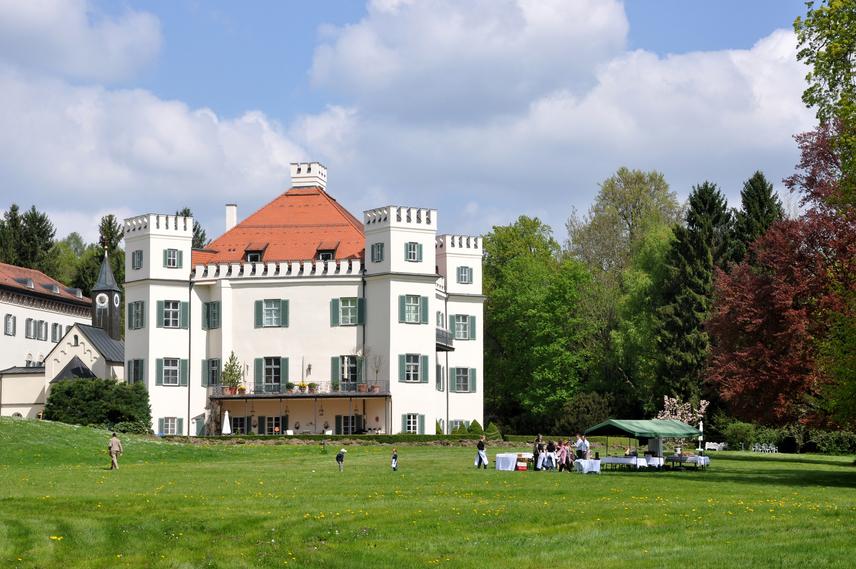 Possenhofeni kastély                         A Starnbergi-tó partján fekvő possenhofeni kastély Münchentől 28 kilométerre, a Starnbergi-tó mellett fekszik. Ott, nyolc testvérével együtt nőtt fel Erzsébet királyné, nyugodt, szerető családban. A csodás vidék igazi paradicsom volt számukra, Sissi mindig boldogan tért vissza a gyerekkori birodalomba.