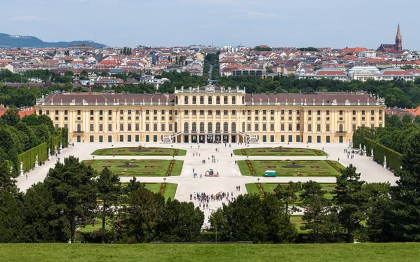 Schönbrunni kastély                         A császári család nyári rezidenciája a schönbrunni kastély volt. A csodás barokk épületegyüttes 1441 helyiségből áll, és mesés park tartozik hozzá. Belső falai általában fehérek, és 14 karátos aranylemezekkel díszítettek. E sok gyönyörűség sem tette boldoggá Sissit, akinek állandóan konfliktusa volt az anyósával. Zsófia a lányait is el akarta szakítani tőle. Erzsébet soha nem érezte magát otthon a kastély falai között.