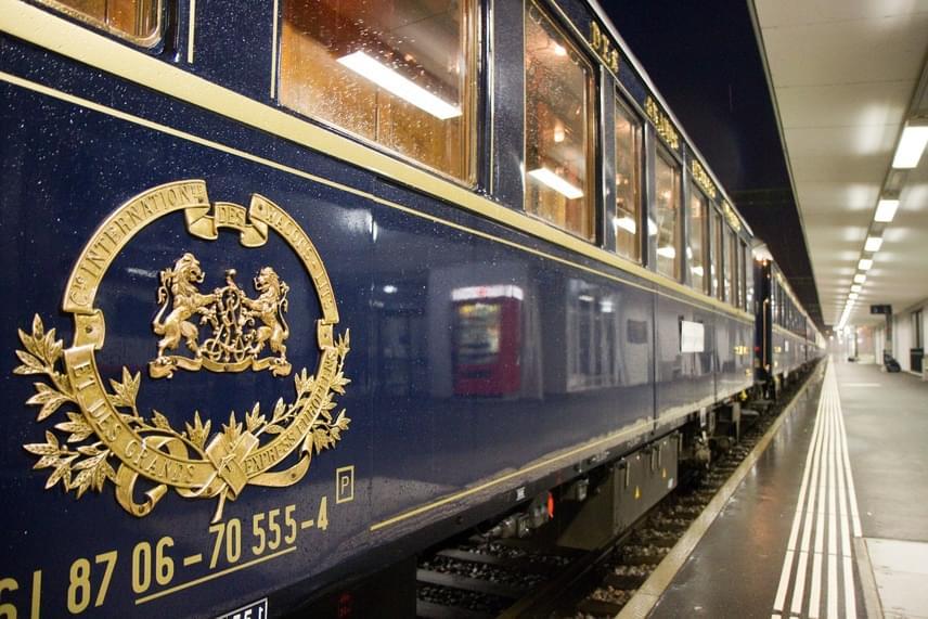 Az Orient Expressz luxusvonat, az árak is ehhez igazodnak, a legolcsóbb jegy 660 font, vagyis 234 ezer forint, és ez csak a Párizs és London közti utat jelenti. Egy átlagos jegy 2210 font, vagyis majdnem 750 ezer forint. A legdrágább pedig 6340 font, ami több mint 2 millió forint, viszont öt éjszakát jelent, és a hotelszobákat is beleszámolták az indulás előtt és után.