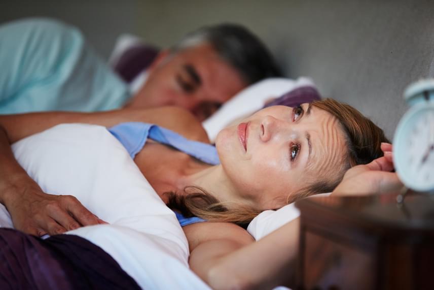 Bár sokan tünetként tekintenek az éjszakai álmatlanságra, fontos tudni, hogy akár önmagában is okozhat súlyos problémákat, krónikus fáradtságot, vagy hosszú távon akár depressziót is. Emiatt kiemelten fontos, hogy tartsd be az alvás szabályait, például ne egyél és ne kávézz alvás előtt, valamint nagyjából azonos időben aludj és kelj! Ide kattintva megnézheted, hogy hány ébredés jelezhet komoly bajt!