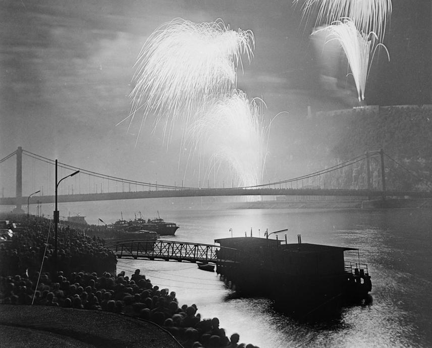 Az augusztus 20-i tűzijáték idén 50. éve az ünnep része. Bár ritkán korábban is használták már a látványelemeket, az '50-es években áttették az egészet április 4-ére, a forradalom után pedig teljesen betiltották a pirotechnikai eszközök használatát, és csak 1966-ban indult újra a fényjáték. A fenti kép 1978-ban készült, háttérben az Erzsébet híddal.