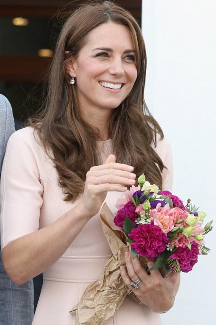A helyiek most is virágokkal halmozták el Katalin hercegnét, aki láthatóan remekül érezte magát a történelmi város lakói körében.