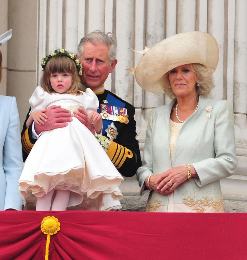 Tom kislánya, a tüneményes Lola még a királyi esküvőn is fontos szerephez jutott: a királyi családtagokkal együtt integethetett az éljenző tömegnek pótnagypapája, Károly herceg kezében.