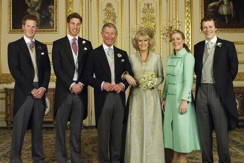 Kamilla és Károly herceg esküvőjén büszkén feszített édesanyja mellett, húga, Laura és a trónörökösök társaságában.