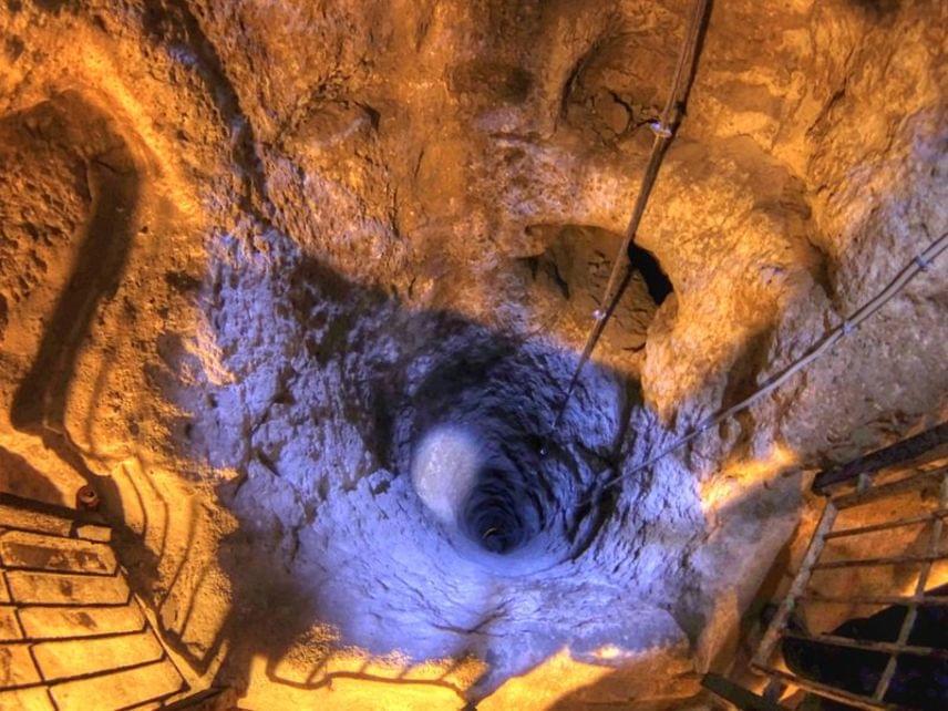 A városról a történészek úgy vélik, hogy a 7. században a hettiták alapították. Napjainkban nyolc szint látogatható.