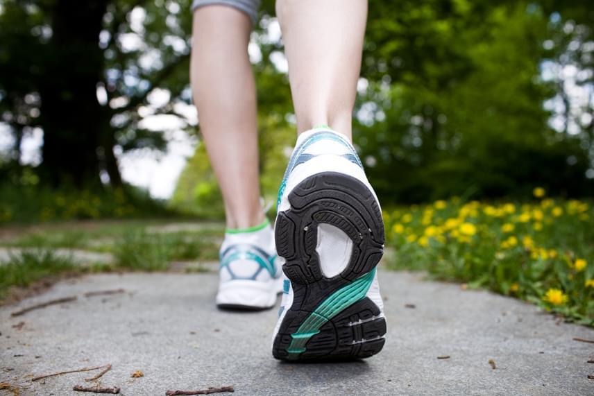Emlékszel még a Cooper-tesztre? Próbáld ki felnőttként mennyit haladsz tizenkét perc alatt! Az kitartásod gyengének számít, ha 30 évesen nem jutottál 1800 méternél messzebb, míg 40-50 között 1400 méter lenne a minimum.                         Ha ez nem megy, érdemes naponta egyre hosszabb és ütemesebb sétákkal fejleszteni a kitartásodat. Amennyiben diétázol, a fogyás eredményeként egyre könnyebben fog menni ez is!