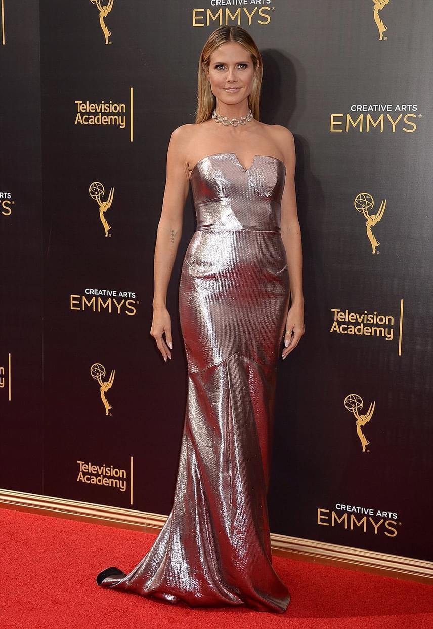 A gyönyörű Heidi Klumot mintha rózsaaranyba öntötték volna! Metálfényű, testre simuló ruháját mindenki imádta a díjátadón.