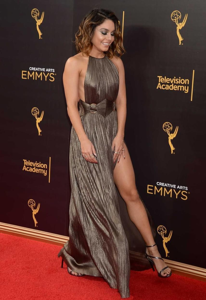 Vanessa Hudgens is megvillantotta formás combjait a vörös szőnyegen ebben a magasan felsliccelt estélyi ruhában.