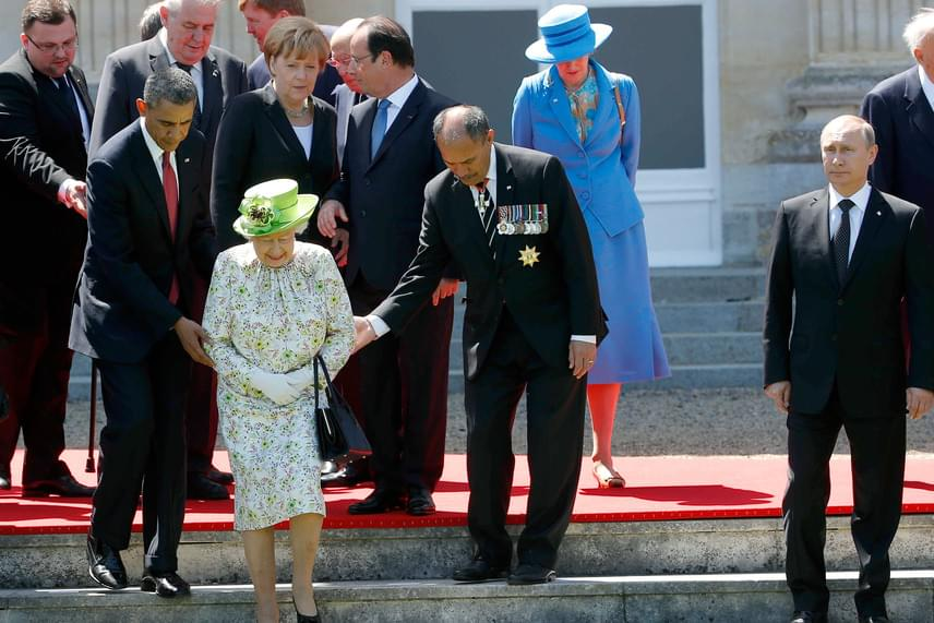 A hozzászólók jelentős része szerint éppen Putyin volt az egyetlen, aki tisztában van az etikettel, mely szerint tilos megérinteni a királynőt, és csak akkor szabad hozzáérni, ha ő óhajtja és engedélyezi. Persze azt nem tudni, hogy II. Erzsébet kérte-e Obama és Mateparae segítségét a lépcsőn.