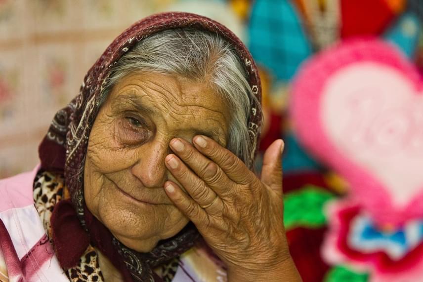 Mielőtt a polgármester rendet tett a faluban, mindennapos volt a bűnözés és az iszogatás. A Cserdiben élő 90 éves Terka mama hatalmas tudása és bölcsessége sem ért akkoriban sokat, hiába született ilyen áldással, nem volt egyszerű élete a nehéz körülmények között. Nem véletlen, hogy Bogdán László egyik első lépése az volt, hogy bezáratta a helyi kocsmát, majd munkába parancsolta az embereket.