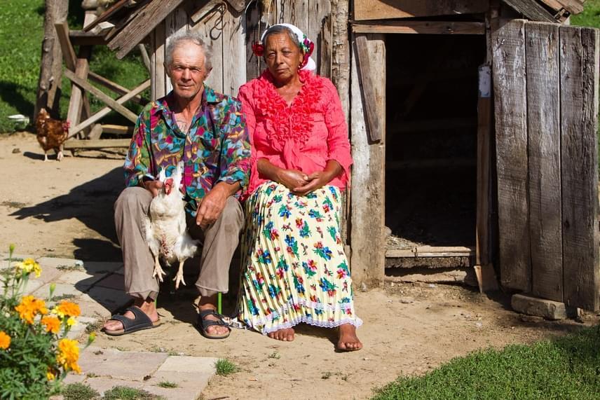 Cserdi szinte száz százalékban cigányok lakta, elhanyagolt falucska volt a világ végén. Lakói azonban sok kurázsival megáldott emberek, akiknek pontosan egy olyan karakán polgármesterre volt szükségük, mint Bogdán László. A képen Sárközi Sándor és felesége, Matild néni látható, akik a polgármester elmondása szerint tehetséges, sokoldalú lakói voltak a falunak, becsülettel megdolgoztak a betevőjükért, ugyanis évtizedekig kosárfonásból éltek.