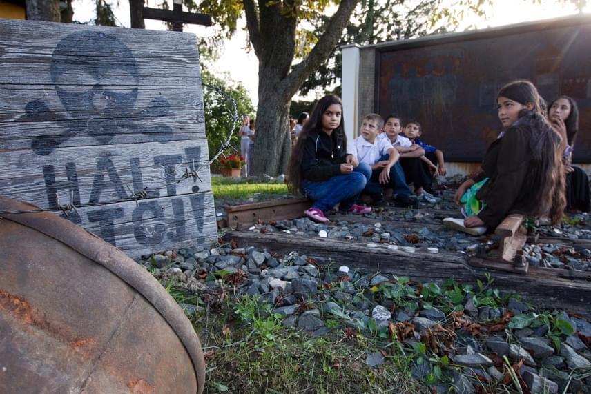 A falu nem felejtkezett el a múltról sem: a feljegyzések szerint háromezer cigányt mészároltak le Auschwitzban, más források azt írják, hogy az áldozatok száma akár kétmillióig is terjedhet. A cigányok nem kaptak a zsidókéhoz mérhető kárpótlást. A cserdi holokauszt-emlékműnél német diákok is jártak, és ezt írták rá: A történelem összeköti a kultúrákat.