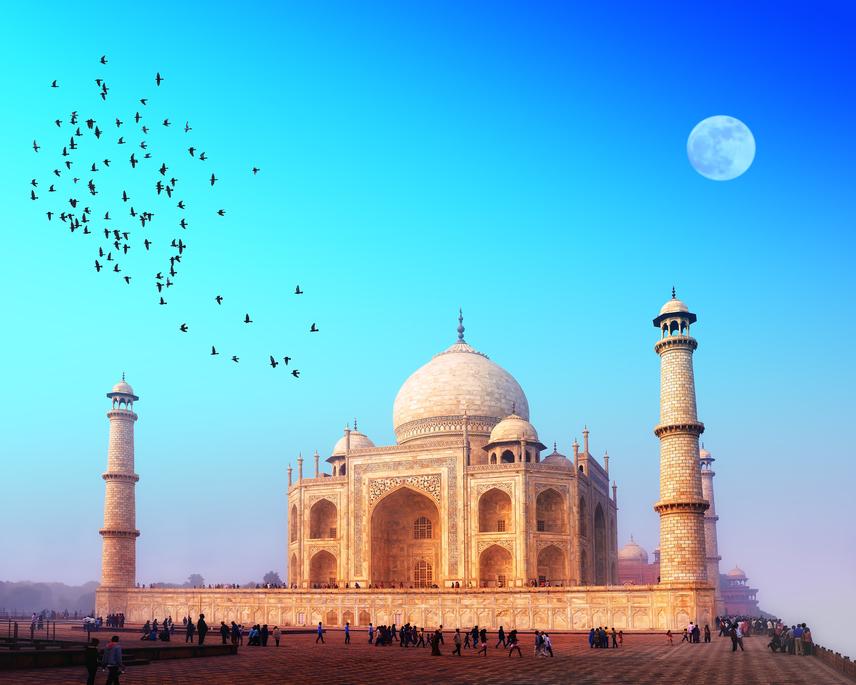 India leglátogatottabb turistalátványosságát évente több millió látogató keresi fel. Ez viszont nagyon rossz hatással van az épületre. A Tádzs Mahal 1996-ban felkerült a világ száz legveszélyeztetettebb műemléke közé.