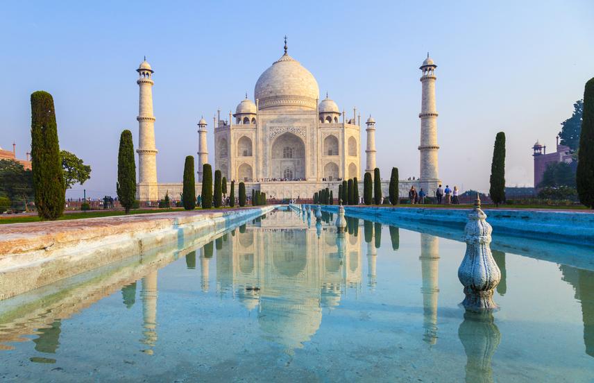 Az épületet 2007-ben a világ hét új csodája közé választották. Hogy megóvhassák, a műemlékvédők közül voltak, akik azt javasolták, hogy be kell záratni a Tádzs Mahalt.