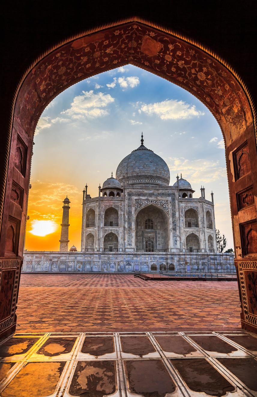 Ráadásul a kipufogógáz besárgítja a márványt, ezért hetente egy napra zárva marad a Tádzs Mahal. Ekkor speciális tisztítószerrel távolítják el a burkolatról a lerakódásokat.