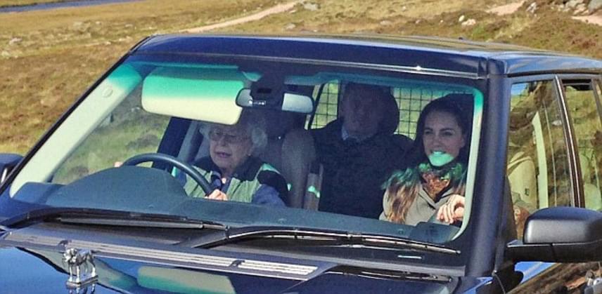 Katalin hercegné láthatóan élvezte az utat a királynővel. Mivel a királyi pár minden nyarat Balmoralban tölt, szerette volna maga körbevezetni kicsit Katalint.