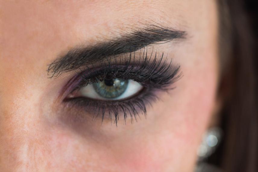 Ha az alsó íven kihúzod a szemedet, azzal nem nyitottnak, nagynak, fiatalnak mutatod a tekintetedet, hanem kicsinek. Ráadásul ez a hiba lefelé húzza az arcot, és kihangsúlyozza a karikákat, amiktől öregebbnek és fáradtnak tűnsz. Használj inkább csak felül puha ceruzát, és lágyítsd meg a vonalakat kissé. Ami a szemhéjpúder megválasztását illeti, itt találsz tippeket, hogy melyik szemszínt, melyik árnyalat teszi ragyogóvá!