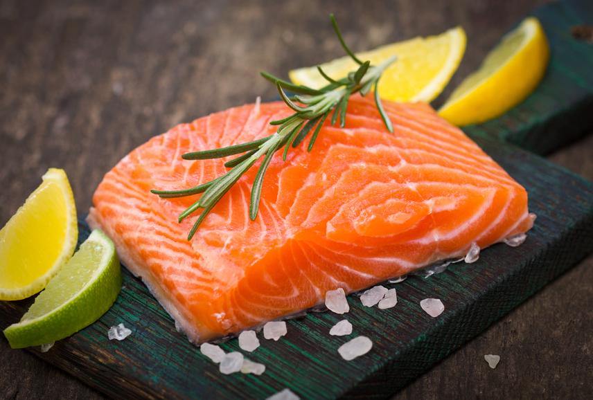 Mindössze 100 gramm lazacban 21 gramm fehérjét találsz, ráadásul a kivételesen egészséges hal húsa omega-3-mal és más fontos zsírokkal is ellát, melyek a zsírban oldódó vitaminok bevitele miatt fontosak. Hasonlóan jó választás a tonhal és a pisztráng is, melyekből szintén egészséges, izomépítő vacsorát készíthetsz.