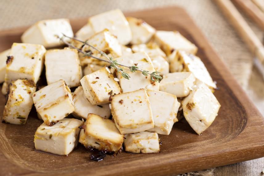 A tofu és a szója nagyszerű növényi forrásai a fehérjéknek. Ugyan a 100 grammonként 7 gramm protein a tofu esetében nem vetekszik a húsokban található mennyiséggel, mégis érdemes időnként a változatosság kedvéért tofuval kiegészíteni az étrendedet. A szójababban ezzel szemben 18 gramm fehérje található, melyet jól hasznosíthatsz, ha edzés után rágcsálnivalóként fogyasztod, vagy szójatejjel reggelit készítesz.