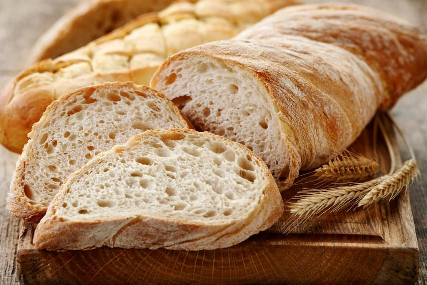 Bár a kenyér kifejezetten a gyorsan romló élelmiszerek közé tartozik - a penész például igen hamar megjelenhet rajta, ráadásul esetében már az eltávolítás sem segít -, ez nem igaz arra az esetre, ha lefagyasztod, mely lényeges mértékben megnövelheti eltarthatóságát, azonban csak akkor, ha a fagyasztás friss állapotában történik meg.