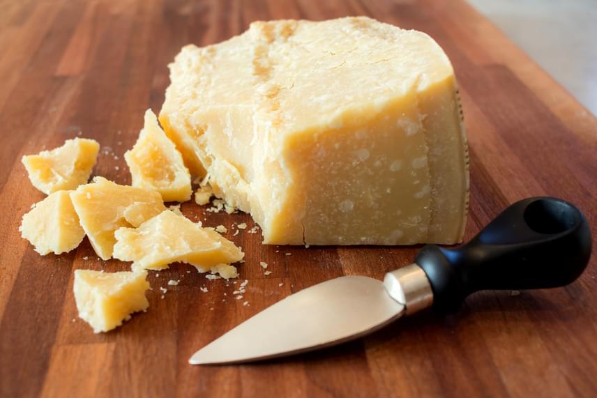 Az olyan kemény sajtok, mint például a cheddar vagy a parmezán, kevéssel a lejárat után is fogyaszthatóak lehetnek, sőt, ahogy korábban írtunk róla, még akár akkor is, ha kismértékben megjelent rajtuk a penész, kellő ráhagyással ugyanis ezekről a típusokról levágható. Természetesen csak akkor fogyasztható a sajt, ha állaga, íze, szaga épp olyan, mint a lejárat előtt, és egyáltalán nem tűnik gyanúsnak.