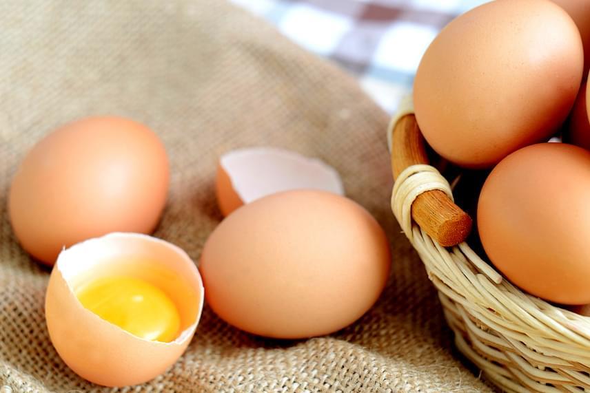 A tojás örök vitatéma az eltarthatóság tekintetében, hűtőben való tárolás nélkül például nagyon gyorsan megromlik, más esetben azonban kitolható a fogyaszthatósági időtartama. Általánosságban elmondható, hogy fontos figyelni a lejárati dátumot, de ha pár nappal vagy egy-két héttel kicsúsztál ebből, még nem biztos, hogy ki kell dobni a tojást. Ha kíváncsi vagy további információra a témában, például arra, hogyan állapítsd meg, ha romlott a tojás, kattints ide!