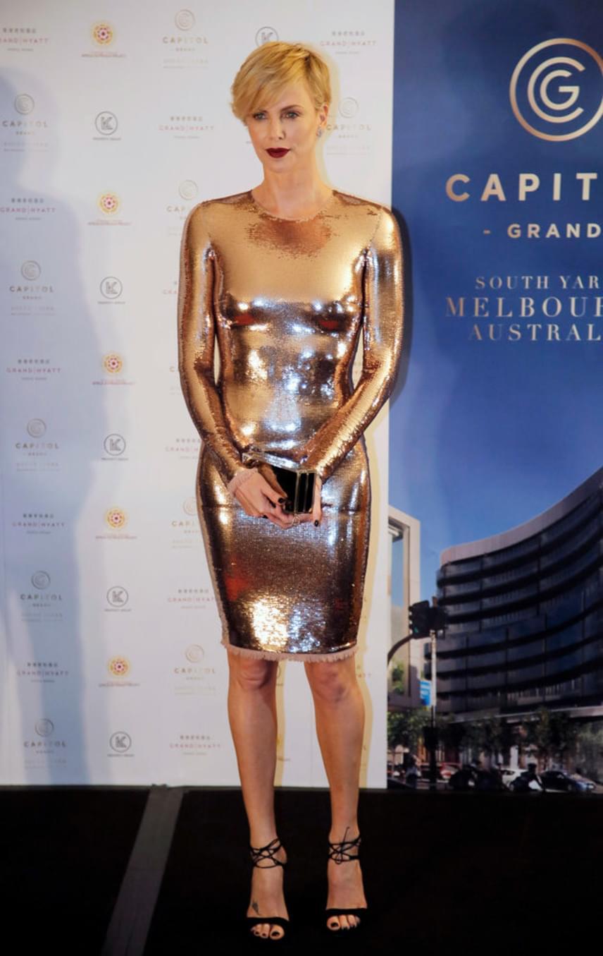 Charlize Theront tavaly októberben Hongkongban fotózták le ebben az arany ruhában, ami olyan szűk volt, hogy úgy tűnt, mintha csak a testére lenne festve. Az összhatásra az is ráerősített, hogy melltartót sem húzott a merész ruha alá.