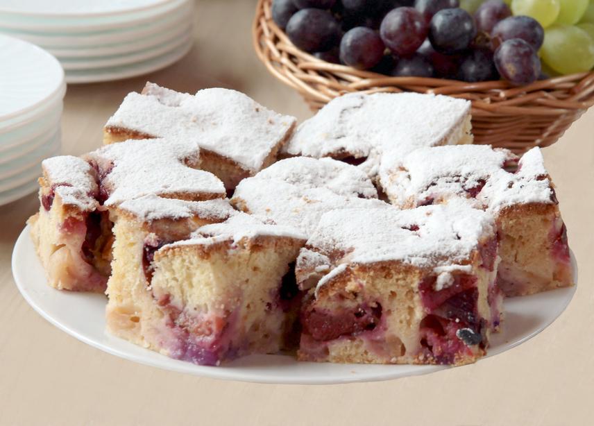 A szilvás édességek száma végtelen. A legegyszerűbb dolgod akkor lesz, ha az egyszerű kevert süti mellett döntesz. Ez minden kezdő háziasszony álma, hiszen elronthatatlan, és rendkívül gyorsan összeállítható. A joghurtnak köszönhetően a tészta még puhább lesz.